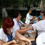 Медики в Черновцах измеряли давление в прохожих